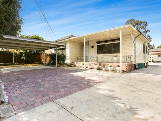 View profile: Excellent Location! Spacious 4 bedroom house, 3 bathrooms and a large backyard!