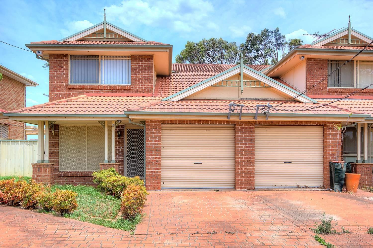 Perfect Location! Short Stroll to Station, Shops & Schools